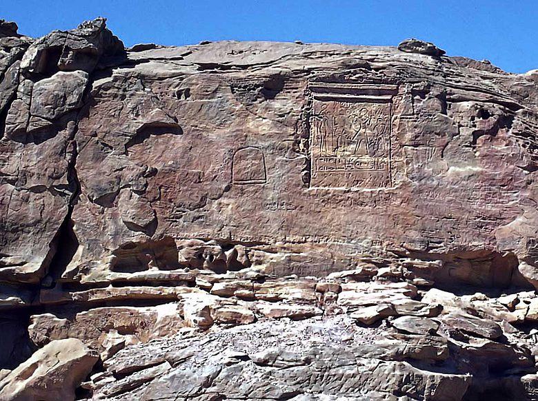 Pharaonische Inschrift neben Bergwerk