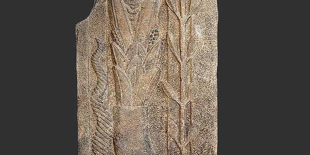 Basaltstele mit unbekannter Götterdarstellung