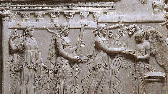 Marmorrelief: Apollo mit Schwester und Mutter sowie der Siegesgöttin Victoria. (© Staatliche Museen Berlin - Antikensammlung)