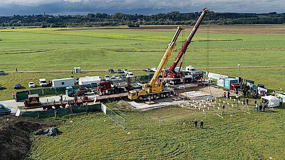 Blockbergung eines frühkeltischen Prunkgrabes nahe der Heuneburg am 6. Oktober 2020