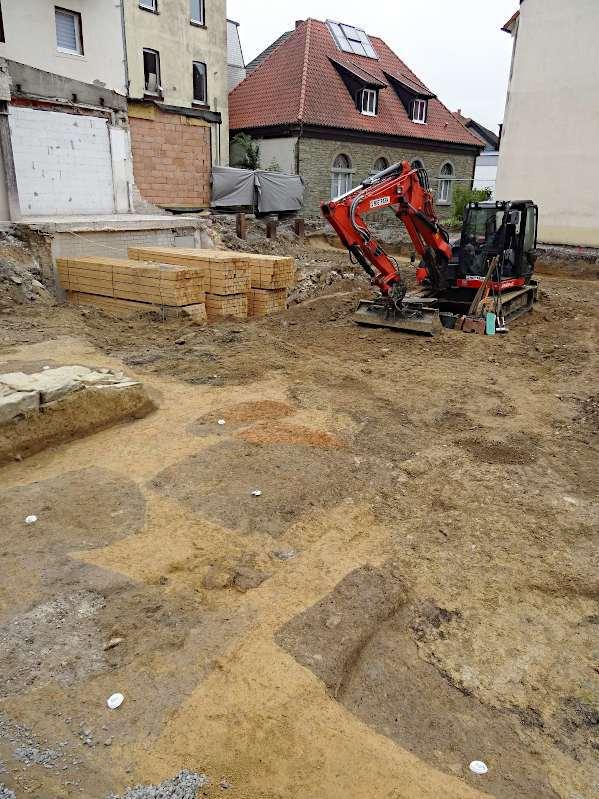 Bereits zu Beginn der Grabung zeichneten sich die mittelalterlichen Gruben klar in der Fläche ab