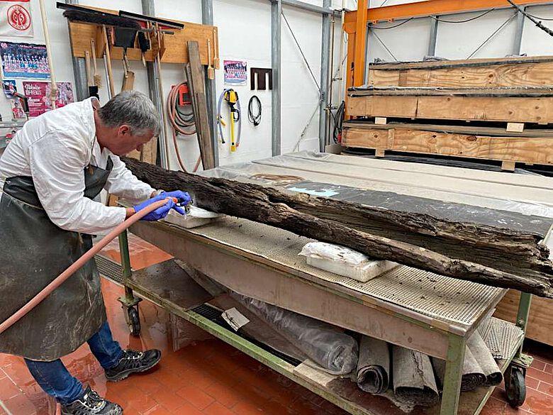 Reinigung der Holzrohre einer mittelalterlichen Wasserleitung aus dem havarierten Stadtmuseum Ahrweiler