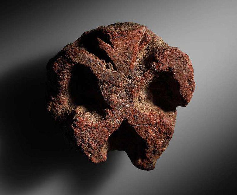 Relieffigur: Darstellung einer anthropomorphen Figur aus dem 7. Jt. v. Chr. (© ÖAI 2012, N. Gail)