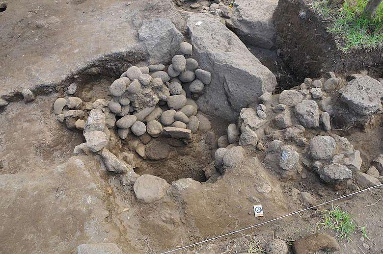 Für die Osterinsel eher untypisch ist diese Feuergrube, die unter einer Terrasse verborgen lag