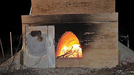 Erster Probebrand im römischen Militärziegelofen 2009 im Ziegeleimuseum Lage. (Foto: LWL)