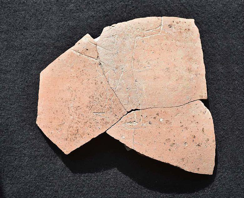 Die vermutlich von einem Krug stammenden Keramikscherben mit der Ritzzeichnung