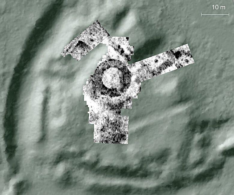 In den Messdaten des Bodenradars zeichnen sich unter anderem die Grundmauern des runden Bergfrieds ab