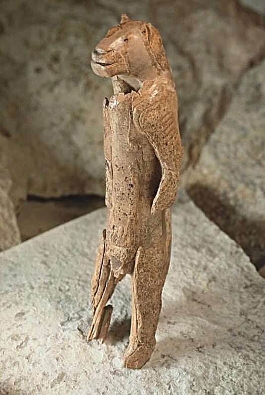 Löwenmensch aus Mammutelfenbein: ca. 30.000 Jahre alt, H. 28.1 cm. Asselfingen, Hohlenstein-Stadel (Alb-Donau-Kreis). (Foto: Ulmer Museum, T. Stephan)
