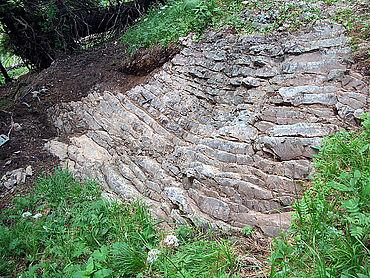 Freigelegte Abbauspuren in den steil aufgestellten Radiolaritschichten am »Feuerstein« (Foto: A.Binsteiner)