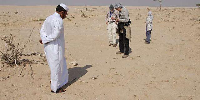 Besuch eines Fundortes mit einem lokalen Mitarbeiter der QMA (Foto: DAI)