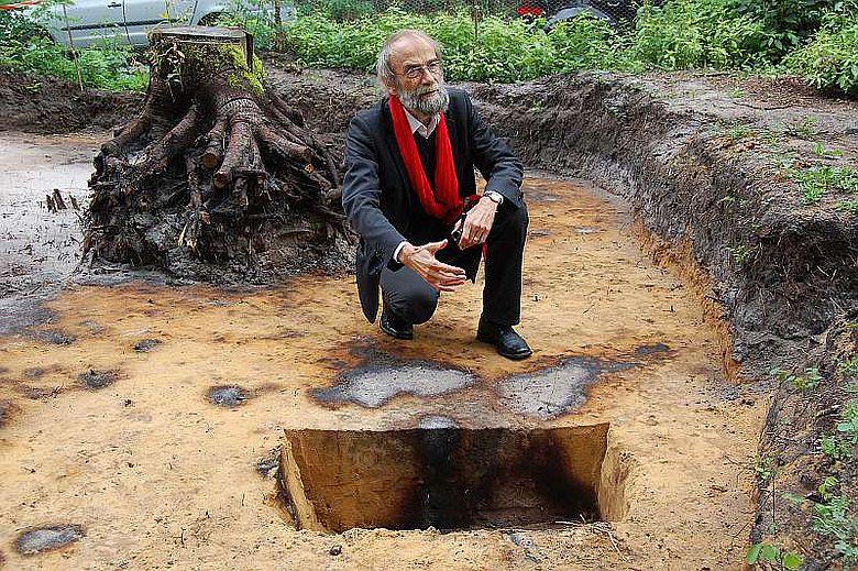 Dr. Daniel Bérenger und sein Grabungsteam untersuchen einen der besterhaltenen bronzezeitlichen Grabhügel in Ostwestfalen und erhoffen sich wertvolle Erkenntnisse für die archäologische Forschung. (Foto: LWL/Burgemeister)