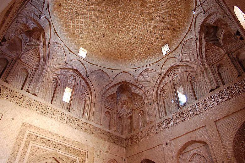 Die Freitagsmoschee von Ardistan in Iran wurde um 1160 um einen Kuppelraum erweitert.