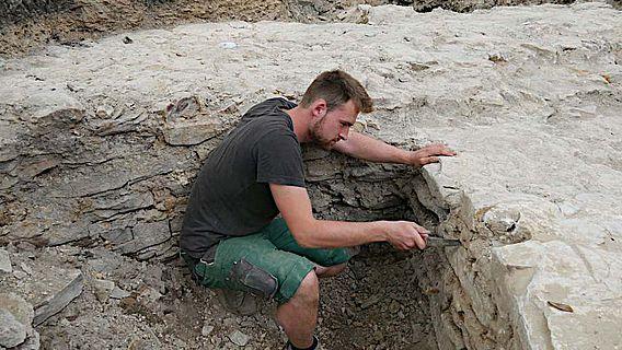 Fein säuberlich werden die Mauerfugen vom Grabungshelfer freigelegt