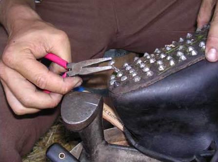 Reparatur der Schuhsohlen (Foto: Hans-Christian Dirscherl)