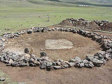 Olon-Kurin-Gol 10, Kurgan 1: nach dem Entfernen der Steinaufschüttung, in der Mitte ist die ungestörte Grabgrube zu erkennen. (Foto: DAI Berlin)