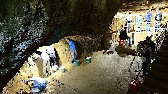 Nische in Sektor 1 (links) und der Hauptsektor (rechts) der Bacho-Kiro-Höhle in Bulgarien