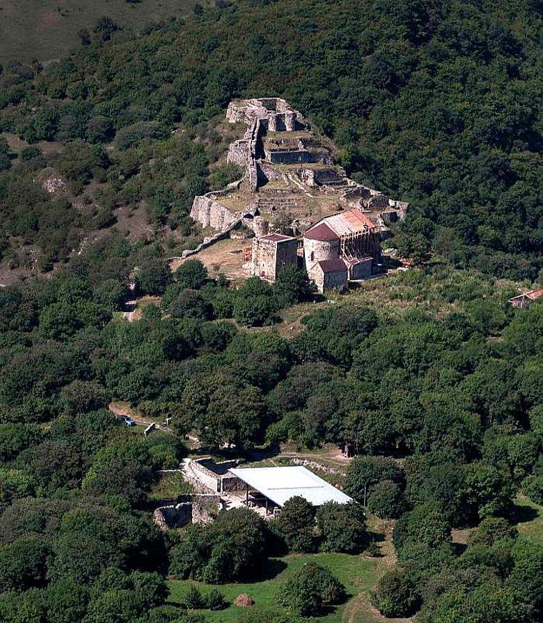 Luftaufnahme von Dmanisi: Ausgrabungsstätte vor dem Hintergrund der mittelalterlichen Stadt (Bild: Fernando Javier Urquijo)
