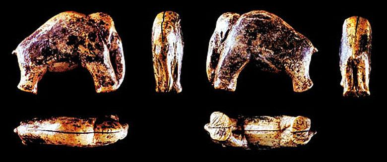 Die im Sommer 2007 in der Vogelherd-Höhle entdeckte 3,7 cm lange Mammutfigur aus Elfenbein (Fotos und Copyright: Jensen/Lingnau, Abteilung Ältere Urgeschichte, Universität Tübingen)