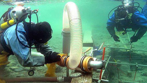 Freilegung von Unterwasserdenkmalen durch archäologische Forschungstaucher (© Denkmalpflege Baden-Württemberg)
