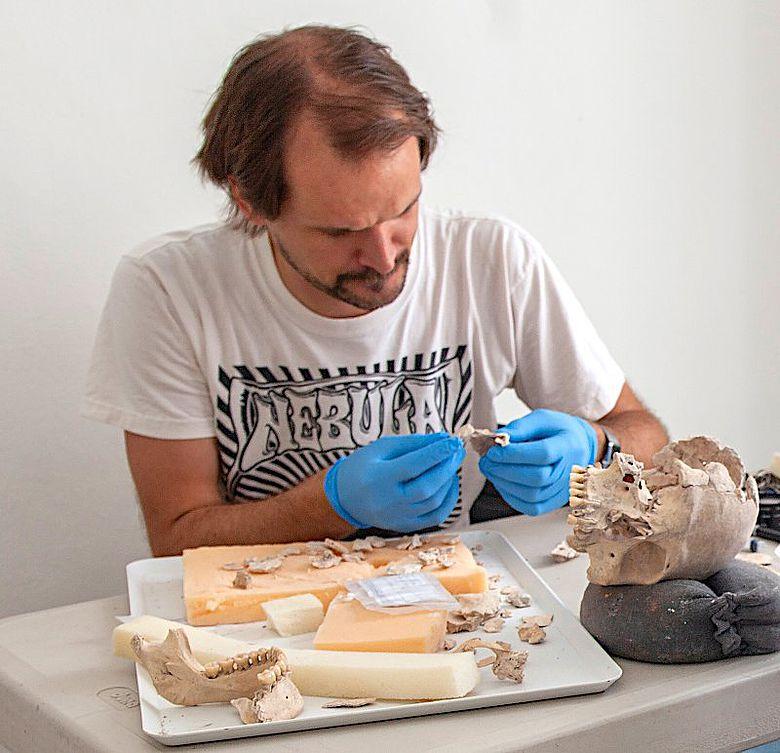 Nicolaus Seefeld bei der Restaurierung eines Schädels aus dem Massengrab von Uxul
