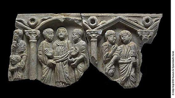 Die zusammengesetzten Fragmente des Sarkophages aus Berlin und Bonn (Foto: Antje Voigt)