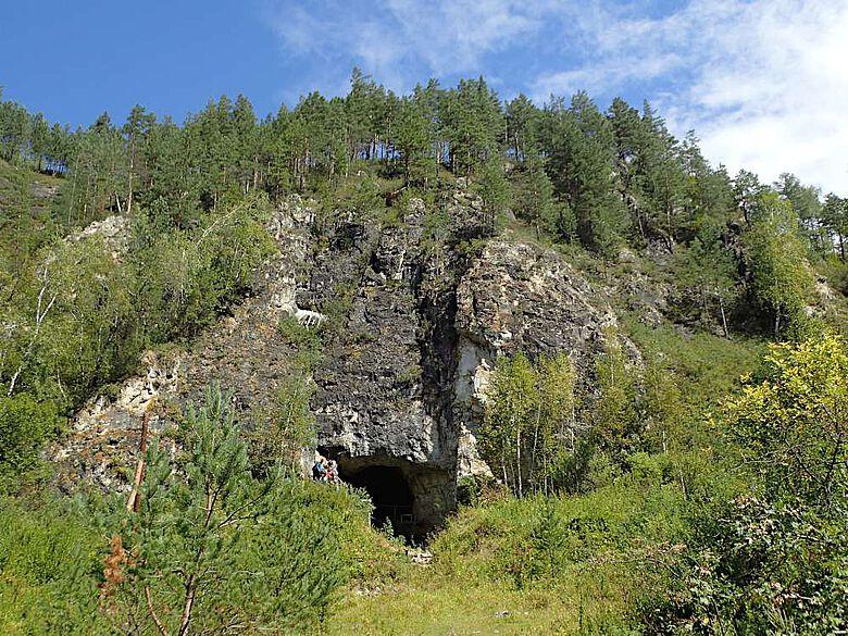 Der Eingang zur Denisova-Höhle, der bekannten Fundstätte in Südsibirien, in der sowohl Überreste von Neandertalern als auch ihrer asiatischen Verwandten, der Denisovaner, gefunden wurden
