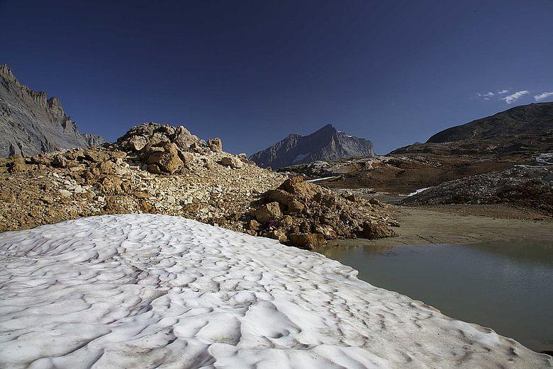 In den Schweizer Alpen wurde 2012 ein rund 4000 Jahre altes Holzgefäß gefunden