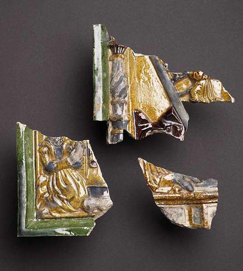 Auch diese Stücke gab die Werburg frei: Fragmente polychromer Ofenkacheln aus dem 16. Jahrhunderts. (Foto: LWL/Brentführer)