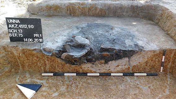 In dieser Abfallgrube sind besonders große Keramikscherben eines Gefäßes aus der Eisenzeit erhalten