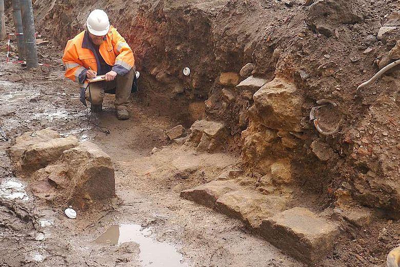 Grabungsleiter Thies Evers legt eine Detailzeichnung der Mauerreste an