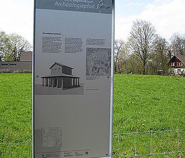 Neue Infotafel im Bereich der gallorömischen Umgangstempel (Quelle: Archäologischer Dienst Bern)