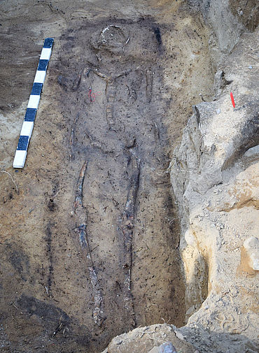Bestattung mit Sarg im archäologischen Befund