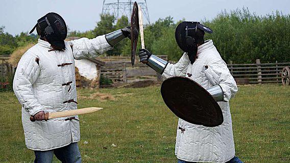 Mit Kampfexperimenten erhielten die Forschenden Vergleichsspuren verschiedener Kampftechniken