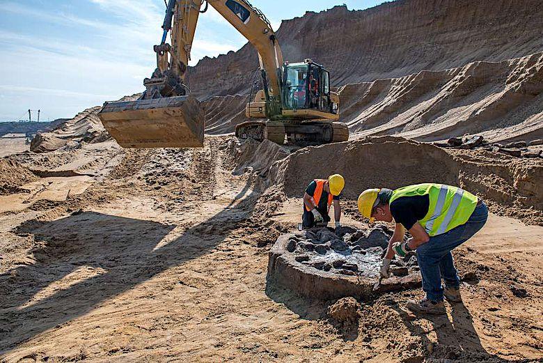 Mit Hilfe eines durch RWE bereitgestellten Baggers kann der Brunnen Schritt für Schritt durch das LVR-Amt für Bodendenkmalpflege im Rheinland freigelegt werden