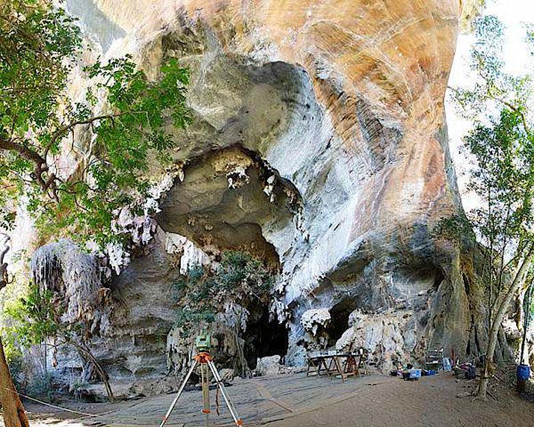 Der Eingang zur Nischenhöhle Lapa do Santo in Brasilien