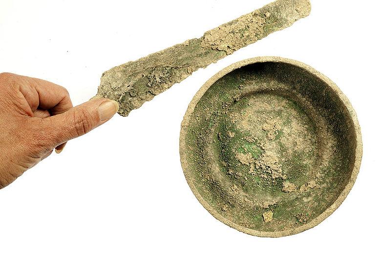 Bronzedolch und Schüssel