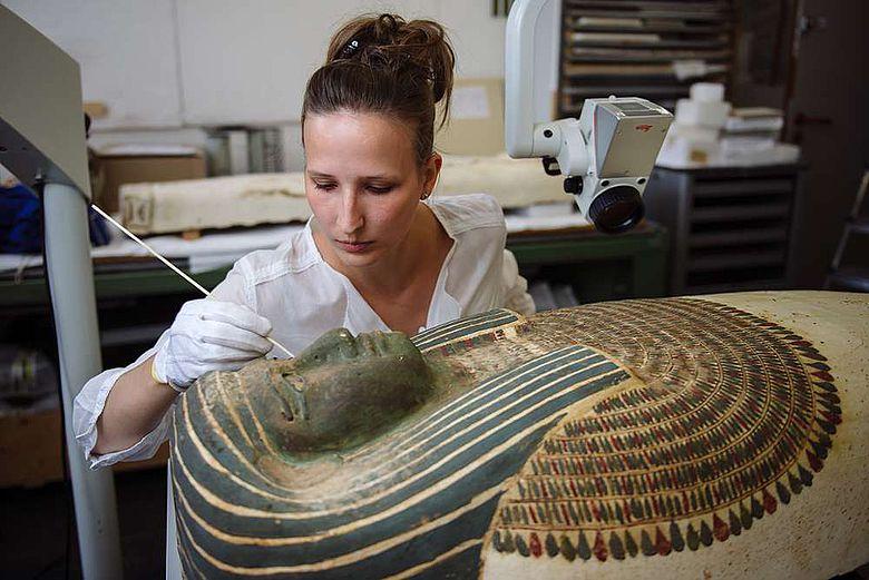 Susanne Kummer konserviert den über 2.600 Jahre alten Sarg