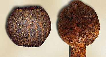 Abb. 14| Vollmondknauf aus Nordengland (links), Datierung wegen der großen Aussparung für eine »Knaufkrone« wahrscheinlich vor 1200. Zweiteiliger Vollmondknauf an einem mittelalterlichen Schwert (rechts), Datierung vor 1300. Umzeichnung.