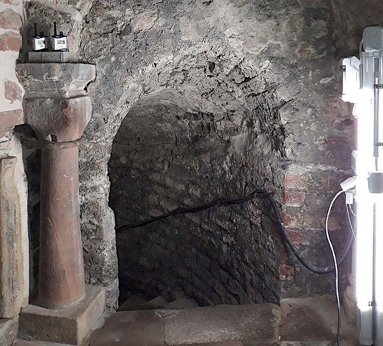 Die Treppe im Vorraum führt hinuter zum stark beschädigten Badeschacht