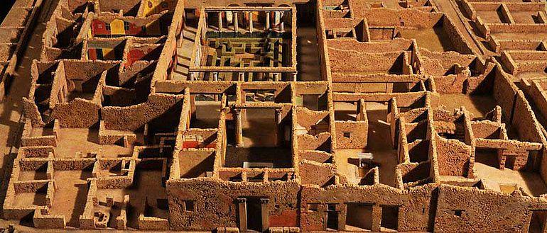 Abb. 2| Detailansicht des Korkmodells der Insula I 10 von Pompeji im Maßstab 1:50. Es wurde 2010 / 2011 vom Kölner Künstler Dieter Cöllen angefertigt und zeigt einen künstlichen Zustand der Ruine. Zentral zu sehen sind der herrschaftliche Hauseingang, sowie das atrium und peristylium der Casa del Menandro. Die moderne Überdachung ist dabei nicht nachgebildet, die modern wieder errichteten Säulen der Portiken sind stattdessen dargestellt © J. Liptak