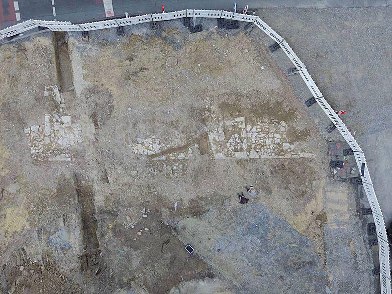 Drohnenaufnahme. Die erhaltenen Mauerstrukturen sind durch mehrere Leitungen und Versorgungsanschlüsse gestört.