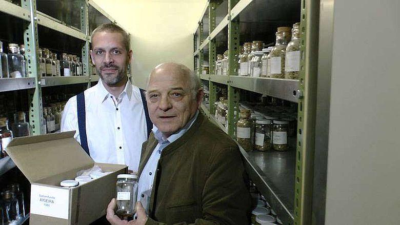 Übergabe der Proben von DI Paul Freudenthaler an Dr. Andreas G. Heiss