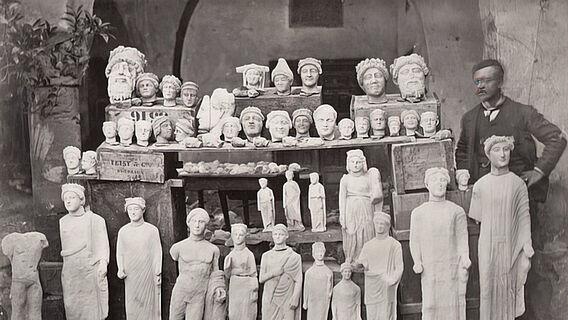 Max Ohnefalsch-Richter mit Skulpturen