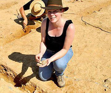 Die Archäologin Sabine Hornung zeigt an der Ausgrabungsstätte die Überreste eines antiken Vorratsgefäßes