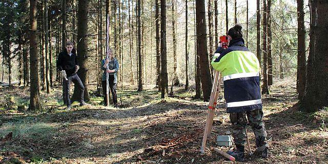 Studierende der Universität Kiel vermessen den Wall