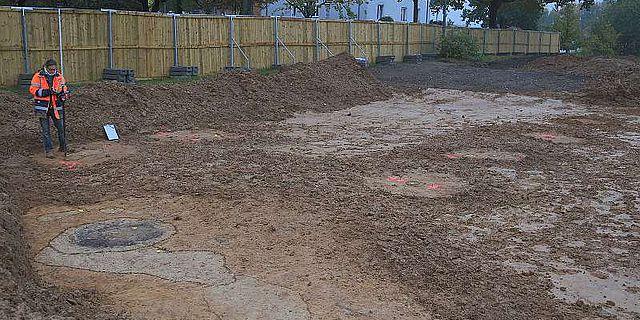 Archäologen der Grabungsfirma beim Einmessen eines Befundes