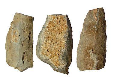 Abb. 3. Baiersdorfer Artefakte, Sichelfragmente aus Plattenhornstein, Länge Sichelblatt links: 12,06 cm (Foto: A. Binsteiner)