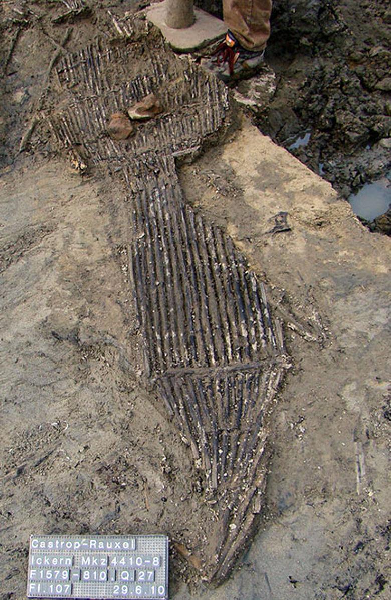 Die 1.600 Jahre alte Fischreuse in der Fundsituation. Foto: LWL