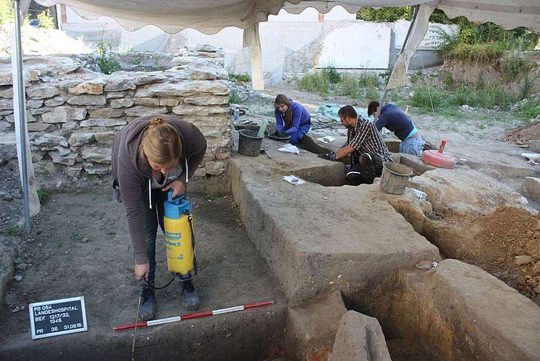 Die Grabungsmannschaft beim Abtragen der kaiserzeitlichen bis frühmittelalterlichen Siedlungsspuren