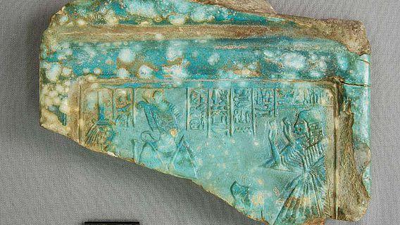 Oberteil einer Fayence-Stele